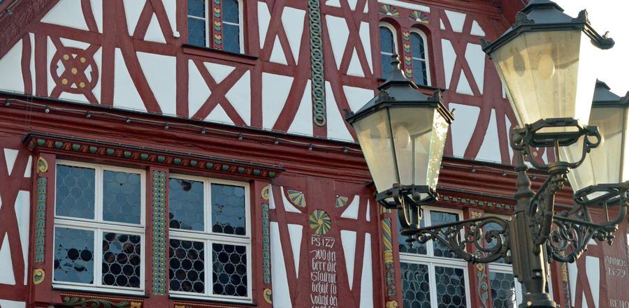 Historisches Rathaus mit Lampe